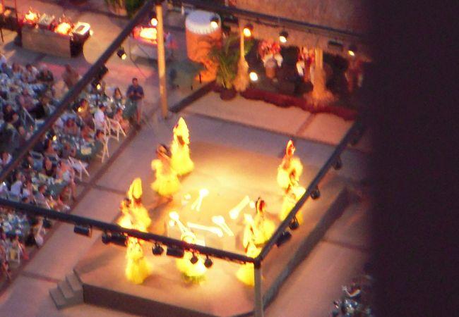 会場中央のステージで行われるショーは、ハワイ、タヒチ、サモアなどのポリネシアの伝統的舞踊をベースにした、ハイグレードなダンスの連続です。