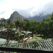 マチュピチュ遺跡の背景として聳える2,693mの山。
