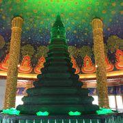 エメラルド色に輝く仏塔と鮮やかな天井画が有名な寺院