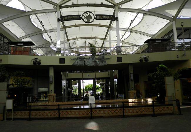 マウイ島最大規模のショッピングモールで、100以上のショップ、レストラン、エンターテインメントスポットがあります。