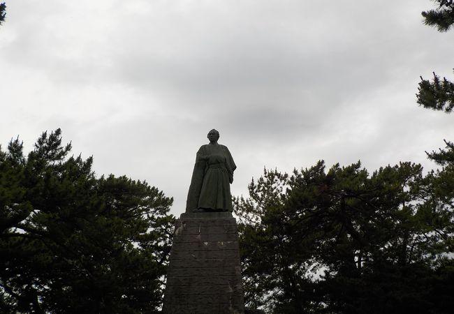 大きな銅像です