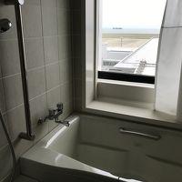 バスタブと洗い場があり、空港が見えました