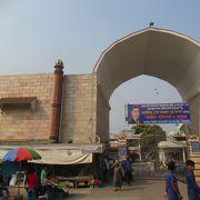 モスクが中心にある市場