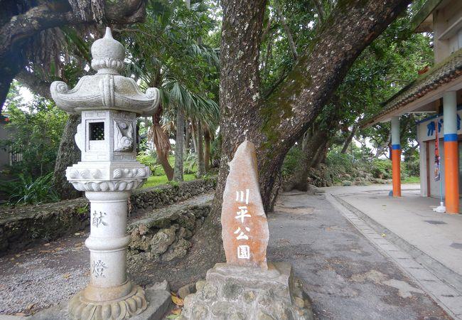 川平湾を見ながら遊歩道を歩く