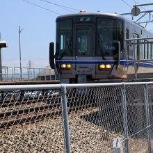 明峰駅を出発する521系金沢行きワンマン運行の普通列車。
