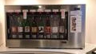 地酒の試飲コーナーありの広島空港のラウンジもみじ
