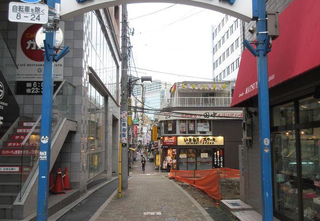 狭い通りに飲食店が並んでいます