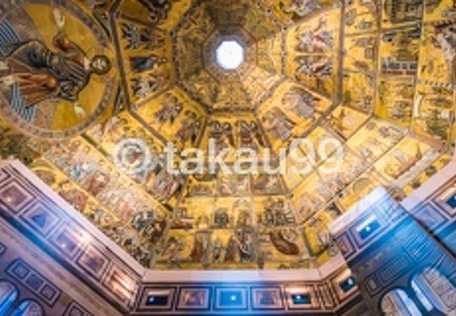 内部のドーム天井のフレスコ画が素晴らしくて印象的でした。