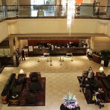 2階にスイーツを扱っているカフェと、コンビニがあります
