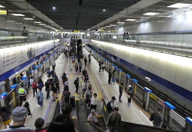 高架駅から地下駅までの乗り換えは大変。