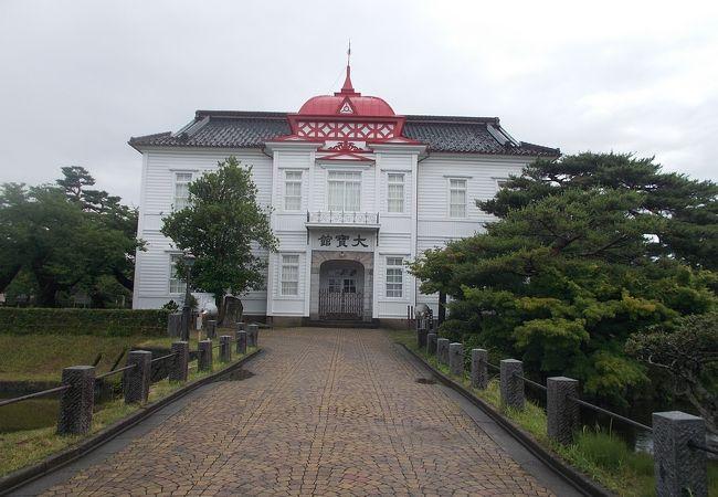 鶴岡公園の中にあります。