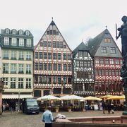 伝統的な木組の建物が並ぶ広場です