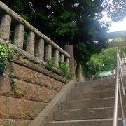 どぶ板通りのウラにある大きな神社