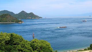 瀬戸内の海の青、島々の緑と巨大な吊り橋