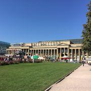 緑に囲まれた新宮殿