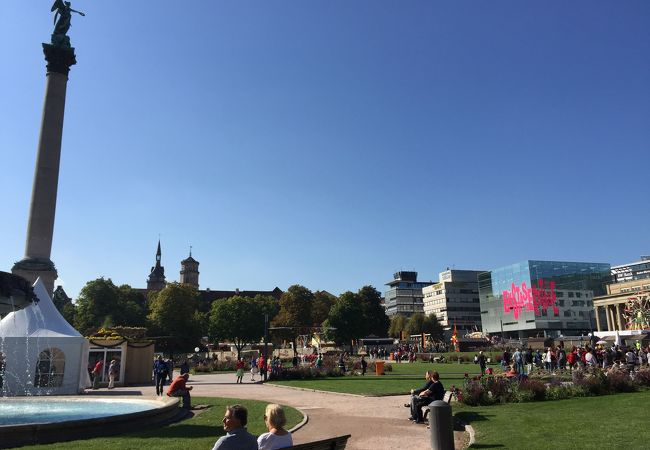 新宮殿に囲まれた広場