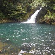 奄美大島の代表的な滝・滝壺の透明度も高い