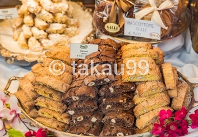 ショーウィンドーにあるトスカーナ地方の伝統菓子「カントゥッチ」がとても美味しそうでした。