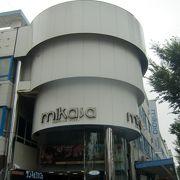横須賀中央駅と汐入駅方面の通りにある長い商店街のビルは独特