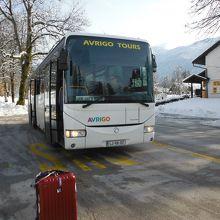 路線バスとインフォメーション案内所
