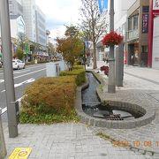 ビル街の一角にも憩いの湧水。