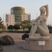 愛の女神像