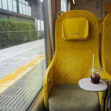 大きな窓と黄色のシート