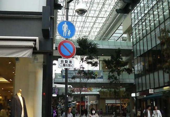 高松の中心部、ガラス張りで都会的な雰囲気のショッピングモール
