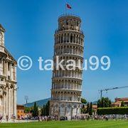 ピサの斜塔を支えるポーズで写真を撮影している人が沢山います。