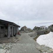 夏ですと神社でとても人が多くて、かなり賑わっていましたが。 6月の時でしたので神社は閉まっていました、登山客で食事してるたちがいました。