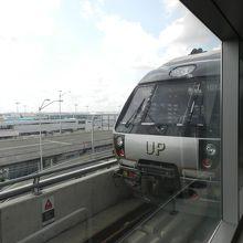 空港駅とUP EXPRESSの車両