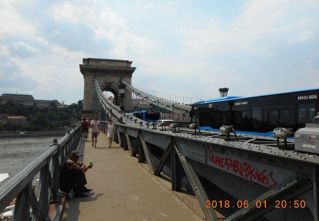 橋を渡ってペスト地区からブダ城へ