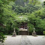 参道に踏切のある神社