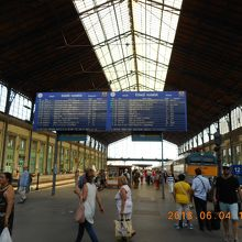 プラットフォームと列車時刻案内板