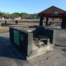 公園内のバーベキュー用の施設