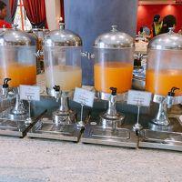 朝食です。ジュースもモロッコ独特のつぶつぶオレンジもあります