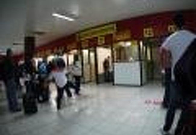 社会主義の空港、綺麗で清潔な雰囲気なんだけど、殺風景で、薄暗く、な~んか、嫌なかんじ....(ハバナ/キューバ)