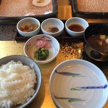 白ご飯と赤出汁、漬物