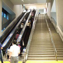 センター南駅の長~いエスカレーター