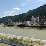 温泉街を流れる綺麗な川