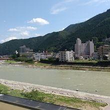 ホテルロビーからの飛騨川の眺め