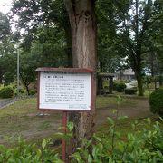 福島県庁の敷地内にあります。