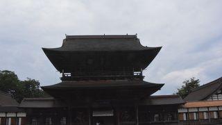 加賀藩2代目藩主の前田利長公の菩提寺は見事な伽藍の国宝の古刹