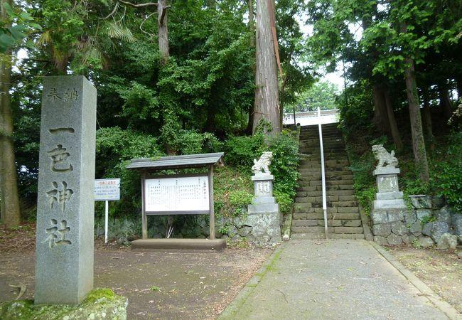 階段の上に拝殿があります