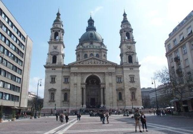 大聖堂の目の前の広場