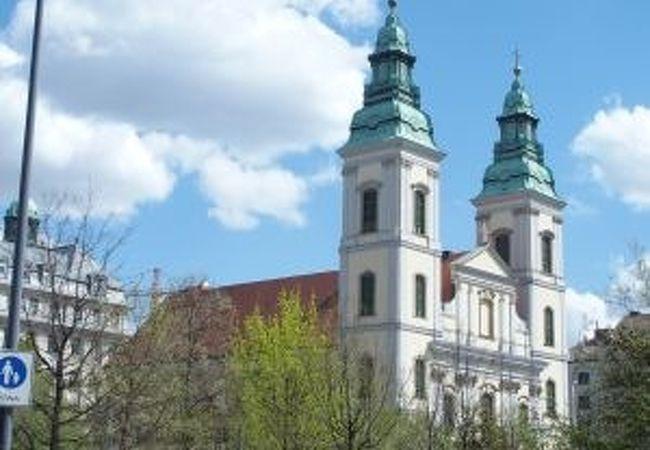 エルジェーベト橋の前にある教会