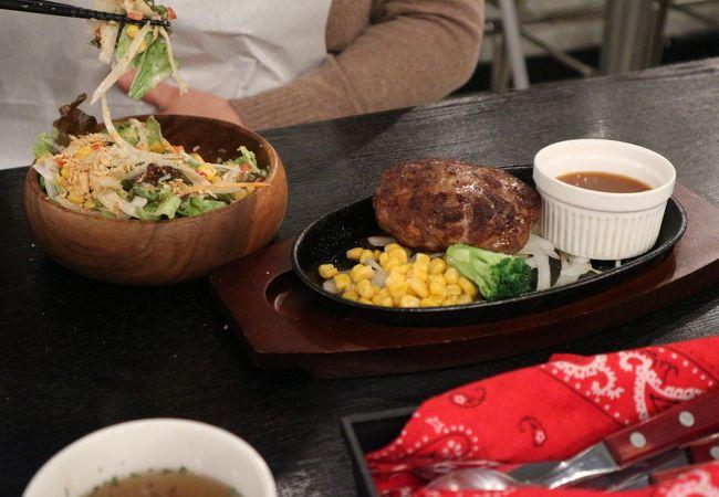 ヘアゴムもテーブル配備されたステーキハウス、サラダもしっかり お肉ももちろんジューシー