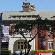 歴史的建造物のミュージアムで現代アートを楽しむ