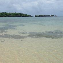 遠浅の海は大きな岩に囲まれています。