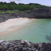 武士家跡の横の浜です。島一番のシュノーケリングポイントです。